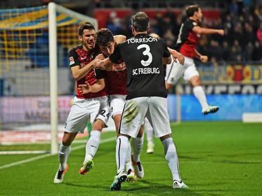 Nach seinem Treffer zum 2:2 in letzter Sekunde gibt es kein Entkommen mehr für Freiburgs Kempf (M.)