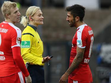Kerem Demirbay von Fortuna Düsseldorf (r.) liefert sich während des Spiels beim FSV Frankfurt ein Wortgefecht mit Schiedsrichterin Bibiana Steinhaus. (29.11.2015)