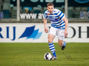 Alexander Bannink gaat er met de bal vandoor tijdens het competitieduel De Graafschap - FC Den Bosch (20-01-2017).