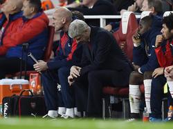 Arsène Wenger heeft een baalmoment tijdens het competitieduel van Arsenal thuis met Chelsea. (24-01-2016)
