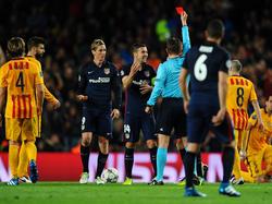 Schiedsrichter Dr. Felix Brych zeigt Fernando Torres die Gelb-Rote Karte