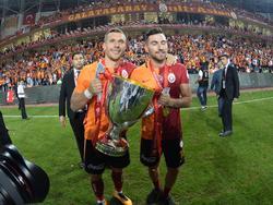 Lukas Podolski (l.) reist als Gewinner des türkischen Pokals zur Nationalmannschaft