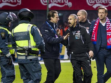 Henrik Larsson (tercero por la derecha) durante los altercados. (Foto: Imago)