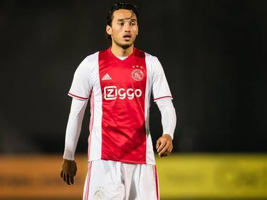 Ezra Walian pakt een rustmomentje tijdens het competitieduel Jong Ajax - Jong FC Utrecht (03-04-2017).