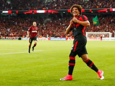 Felipe Conceição celebra uno de los goles locales. (Foto: Getty)