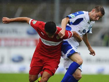 Paul Grischok (r.) im Zweikampf mit Tim Leibold vom VfB