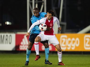 Edson Braafheid (l.) vecht een duel uit met Ezra Walian (r.) tijdens het competitieduel Jong Ajax - Jong FC Utrecht (03-04-2017).