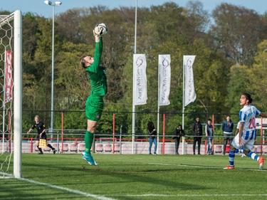 Doelman Sonny Stevens (l.) plukt de bal uit de lucht tijdens het competitieduel Jong FC Twente - FC Lienden (06-05-2017).