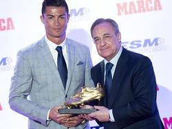 Real-Präsident Florentino Pérez (l.) posiert mit Cristiano Ronaldo