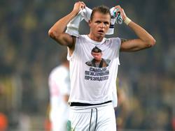 Dmitriy Tarasov von Lokomotive Moskau präsentierte im Hinspiel ein Shirt mit Putin-Konterfei und einem provokanten Slogan