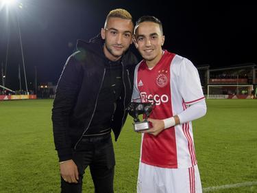 Abdelhak Nouri (r.) krijgt uit handen van Hakim Ziyech (l.) de Bronzen Stier voor de beste speler van de eerste periode in de Jupiler League. (17-10-2016)
