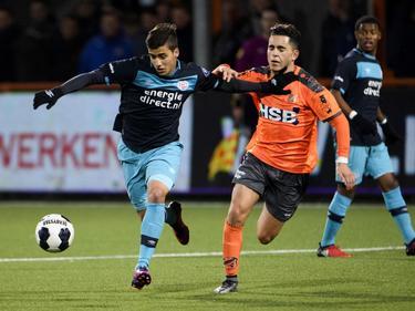 Luiz Beto da Silva (l.) houdt Mohamed Betti (r.) van het lijf tijdens FC Volendam - Jong PSV. (25-11-2016)
