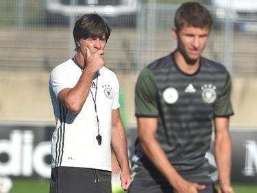 Bundestrainer Löw (l.) glaubt weiterhin fest an Thomas Müller