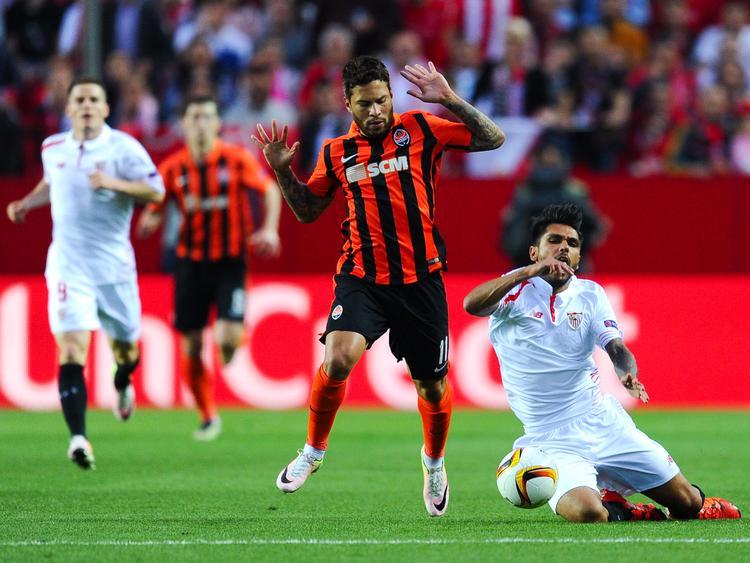 Tremoulinas (dcha.) cayó lesionado ante el Shakhtar Donetsk. (Foto: Getty)