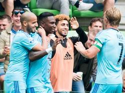 Eljero Elia juicht na de 0-4 tegen FC Groningen. Nog nooit eerder maakte hij drie doelpunten in een wedstrijd in de Eredivisie. (07-06-2016)