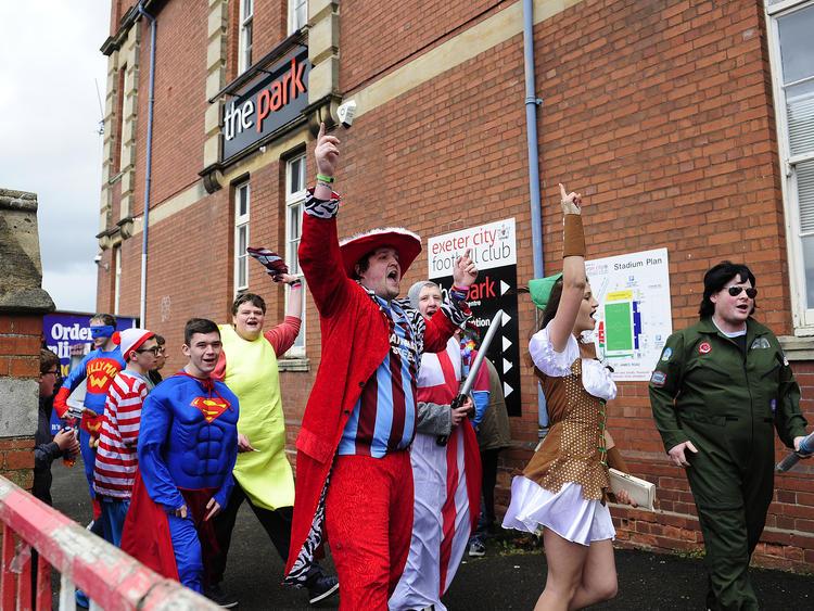 Hier pilgern Scunthorpe Fans zum St. James Park