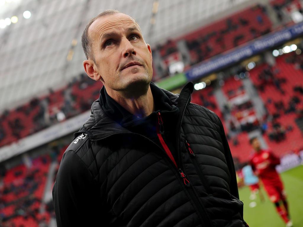 Bayer-Trainer Herrlich legt perfekte Schwalbe hin
