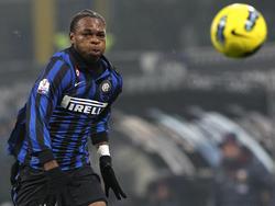 Inter Joel Obi tüftelt während des Pokalspiels gegen Genua im Januar 2012 an neuen Antriebsformen für den Ball.