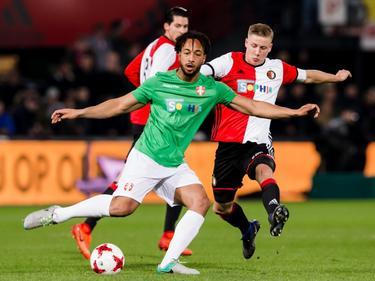 Mats Knoester (r.) vecht een duel uit met Joël Thomas (l.) tijdens het benefietduel Feyenoord - FC Dordrecht (22-03-2017).