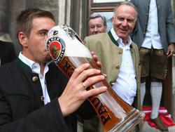 Bayern-Chef Karl-Heinz Rummenigge (r.) will Philipp Lahm die Tür offen halten