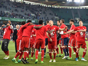 Los jugadores del Bayern celebran sobre el césped el título. (Foto: Getty)