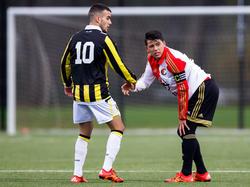 Guga (r.) krijgt een handje van Anıl Mercan (l.) tijdens het competitieduel Feyenoord A1 - Vitesse A1. (01-12-2014)