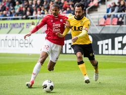 FC Utrecht-aanvaller Sébastien Haller (l.) zet Roda JC-verdediger Ard van Peppen (r.) op het verkeerde been en gaat niet buitenom, maar binnendoor. (23-04-2017)