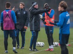 Markus Gisdol (Mitte) stellt die HSV-Profis auf den FC Augsburg ein