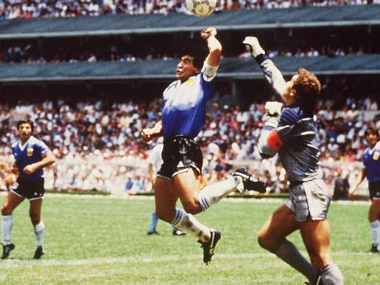 Maradona, en la lucha con el portero inglés, marcó con la mano. (Foto: Getty)