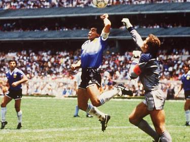 """Diego Maradona erzielt mit der""""Hand Gottes"""" das 1:0 gegen England"""