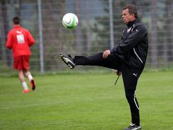Österreichs U17-Teamchef Manfred Zsak muss seinen Spielern vor ihrem ersten Auftritt bei der EM 2015 gegen Spanien die Nervosität nehmen