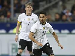 Gündoğan und Ex-Kapitän Schweinsteiger beim letzten gemeinsamen Spiel im Jahr 2015