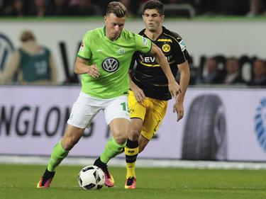 Wolfsburgs Yannick Gerhardt (l.) würde gerne wieder in der Löw-Elf spielen