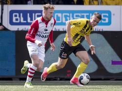 Vito van Crooy (r.) moet in de achtervolging bij Youri Loen (l.) tijdens het competitieduel VVV-Venlo - FC Emmen (17-04-2017).