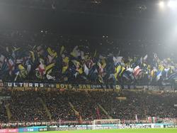 Tijdens de beladen Milanese derby zitten de tribunes helemaal vol in San Siro. Dat gebeurt niet vaak, maar tijdens de wedstrijd Milan - Inter wil iedereen bij zijn! (31-01-2016)