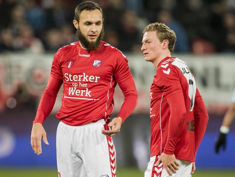 FC Utrecht-aanvaller Nacer Barazite (l.) is in gesprek met ploeggenoot Rico Strieder. (27-11-2016)