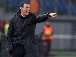 De trainer van Juventus geeft zijn ploeg tactische aanwijzingen in de kwartfinale van de Coppa Italia tegen Lazio Roma. (21-01-2015)
