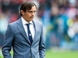 Trainer van PSV Phillip Cocu kijkt ongerust toe. Zijn ploeg staat weliswaar met 1-0 voor tegen FC Groningen, maar hij is nog niet zeker van de overwinning.