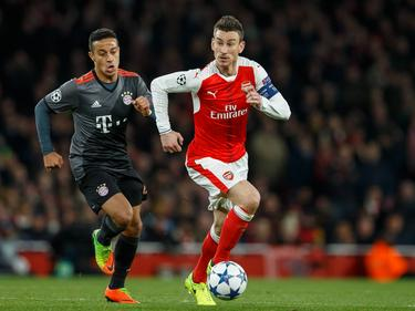 Thiago persigue a Koscielny en el campo del Arsenal. (Foto: Getty)