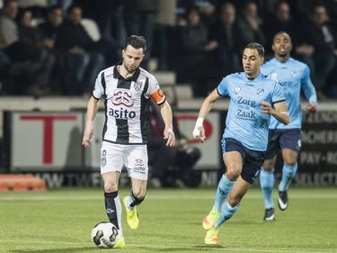 Thomas Bruns (l.) duelleert met Sofyan Amrabat tijdens Heracles Almelo - FC Utrecht. (11-03-2017)