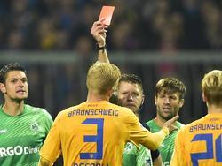 Braunschweigs Decarli wurde für diese Rote Karte zwei Spiele gesperrt