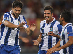 Portos Felipe Monteiro (l) darf sich feiern lassen, als er im CL-Qualifikations-Rückspiel nach 8. Minuten das 1:0 für die Portugiesen erzielt hat. (23.08.2016)