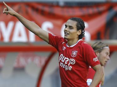 Enes Ünal juicht als hij FC Twente op 1-0 heeft geschoten tegen Vitesse. (25-09-2016)