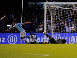 Santi Mina (l.) kickt künftig für Valencia