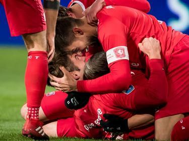 Mateusz Klich (r.) kan doelpuntenmaker Joachim Andersen (l.) wel zoenen na zijn doelpunt tegen Heracles Almelo. (20-01-2017)