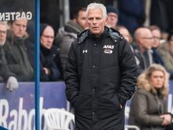 Trainer Martin Haar kijkt naar de wedstrijd GVVV - Jong AZ. Zijn ploeg kwam op een achterstand, maar twintig minuten voor tijd staan de beloften weer op voorsprong. (12-11-2016)