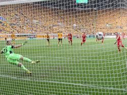 Vom Elfmeterpunkt schießt Kaiser den Ball ins Netz. (20.08.2016)