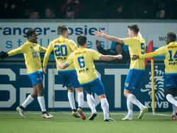 De spelers van SC Cambuur vieren het openingsdoelpunt van Martijn Barto tegen Ajax in de KNVB beker. (15-12-2016)