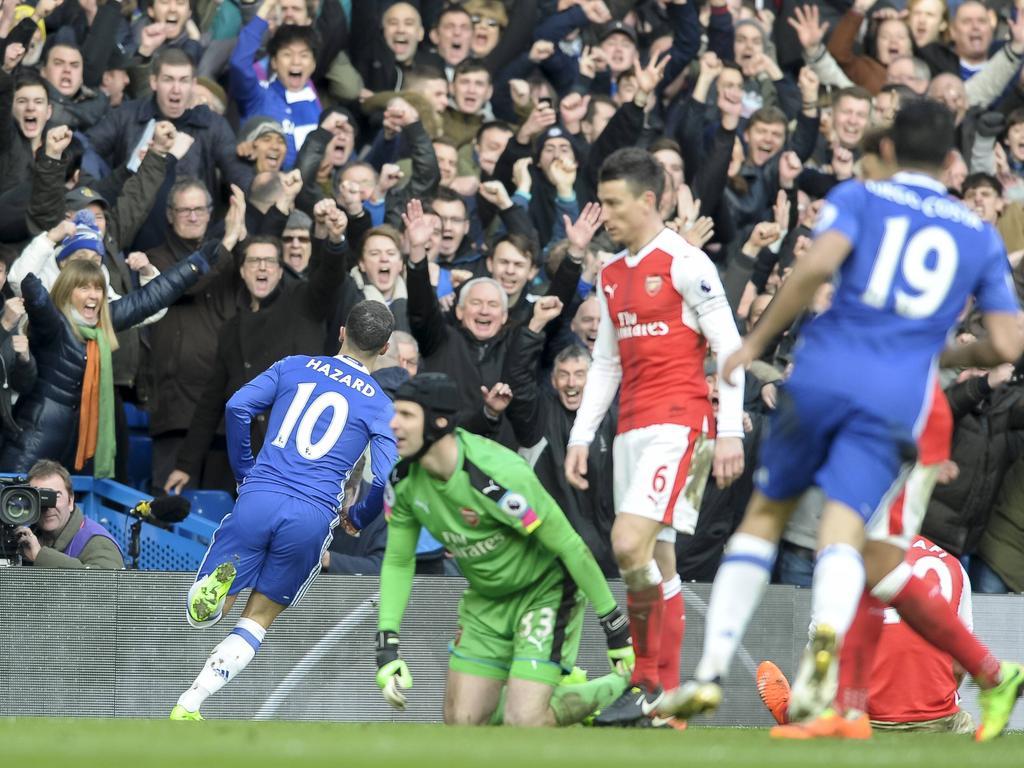 Eden Hazard (l.) kan juichen na een prachtige solo. Petr Čech en Laurent Koscielny blijven verslagen achter, terwijl Diego Costa (r.) het feestje mee wil vieren. (04-02-2017)