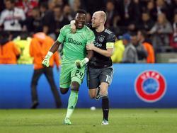André Onana (l.) en Davy Klaassen (r.) zijn dolblij na het bereiken van de finale van de Europa League. (11-05-2017)